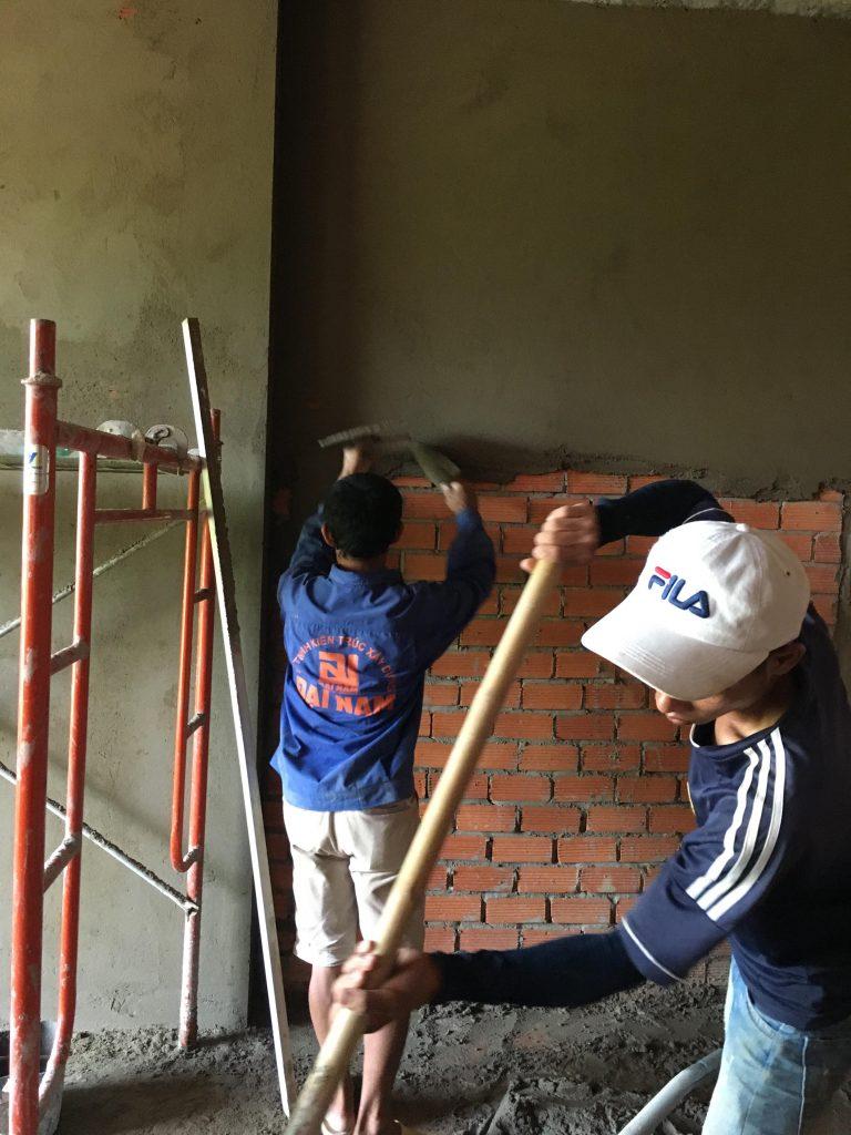 Chuẩn bị vữa tô là bước quan trọng để quyết định chất lượng của bức tường được tô